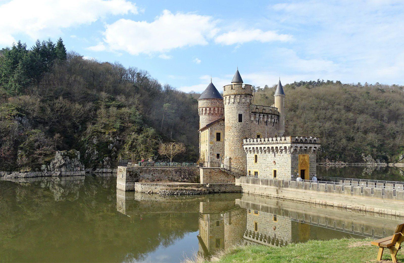 des châteaux ruinés,