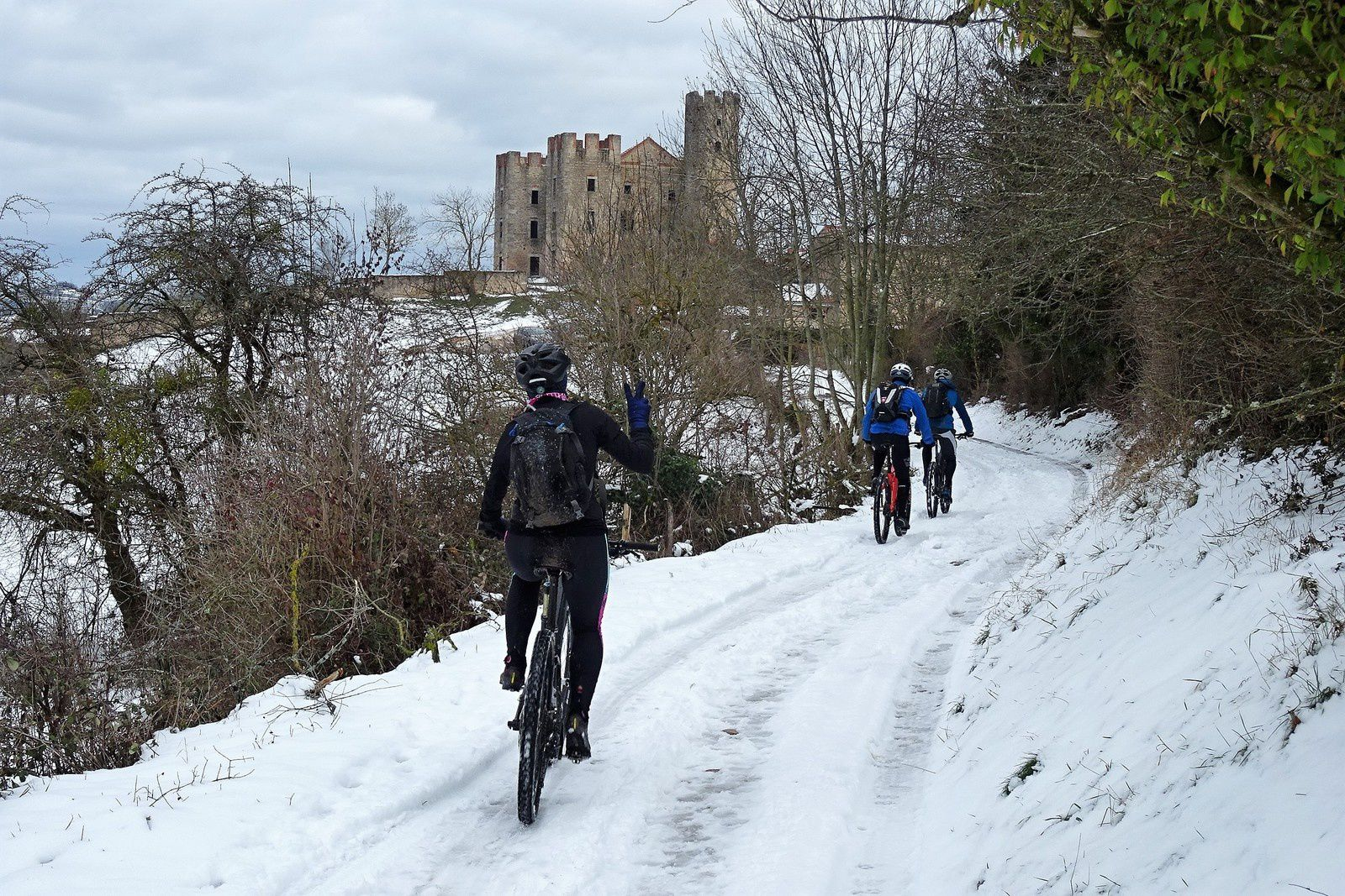 On poursuit la visite par le château d'Essalois. La neige tombée dans la semaine recouvre encore les chemins.