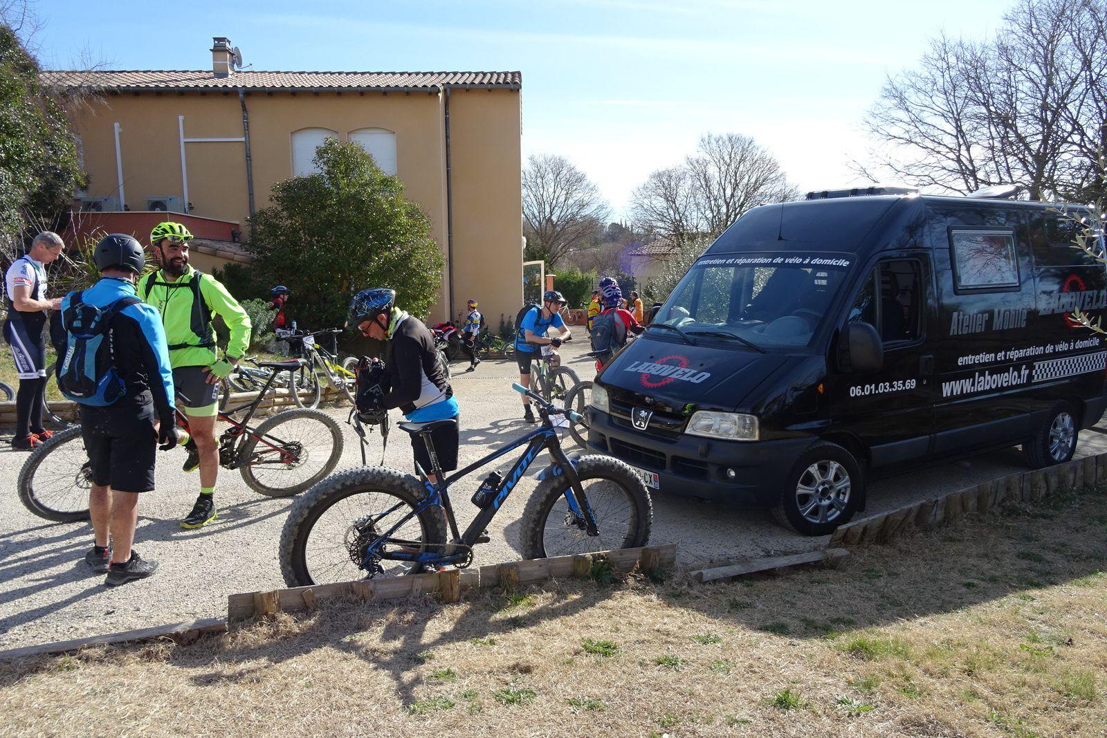 Un docteur vélo est sur le ravitaillement en cas de problème. Peu de photos car parcours assez exigeant. 1 ravitaillement sur 58 km, un peu juste !