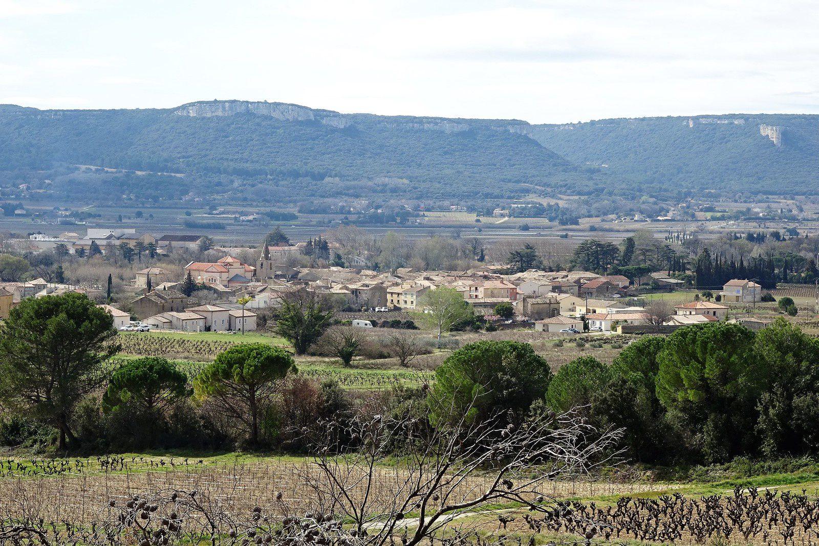 C'est ici que nous pique-niquons, avec vue sur les vignes et le village de Chusclan.