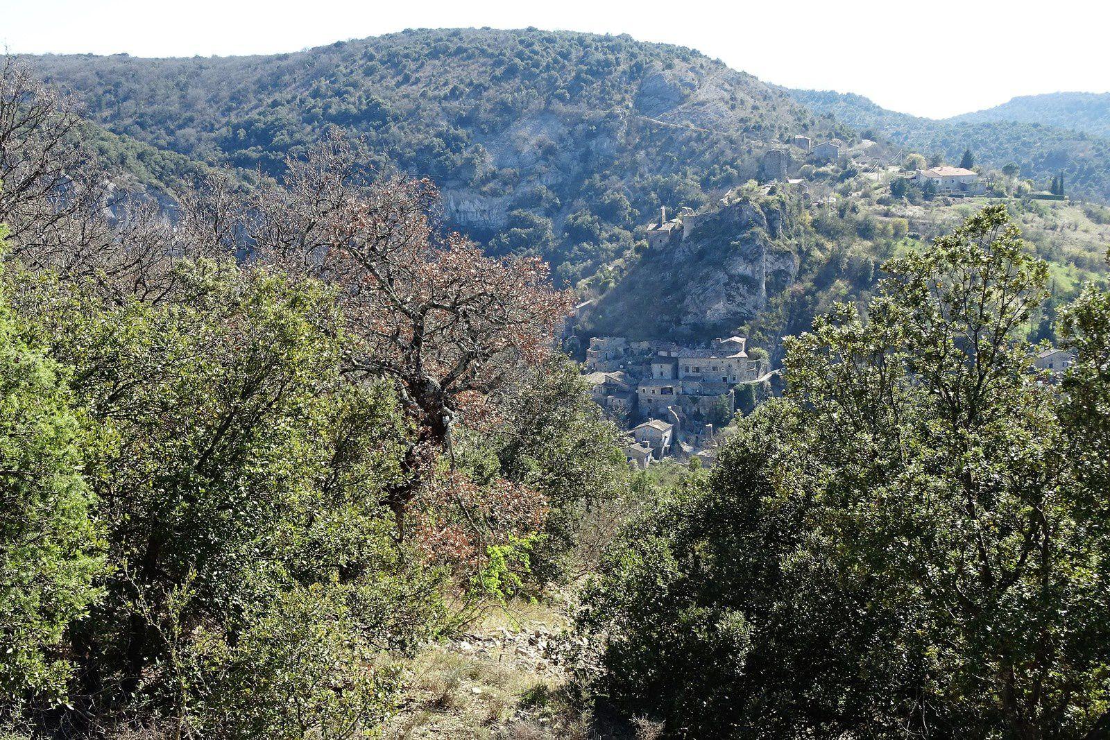 Le village de Rochecolombe et la cascade asséchée.  A partir de là les choses se gâtent et comme la veille le retour est très difficile, à revoir.