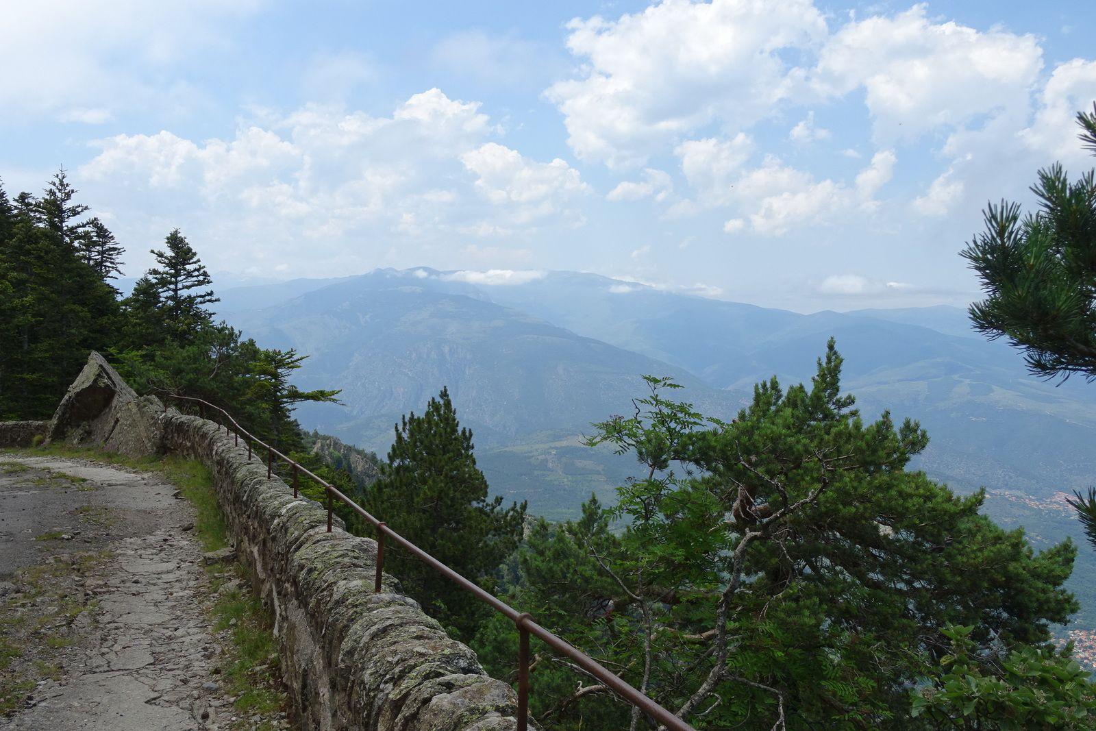 """Le chemin à la descente est plus """"rigolo"""" que la piste de la montée mais il vaut mieux tourner dans ce sens car il a de forts pourcentages."""