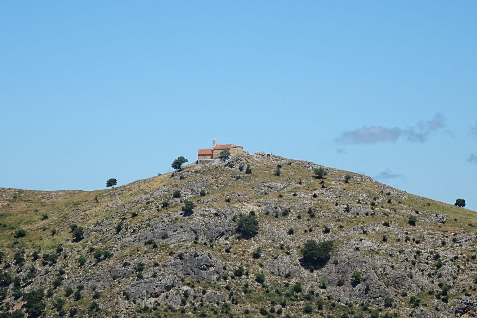 La fameuse chapelle Saint Martin, on en fait le tour également tout en restant à distance.
