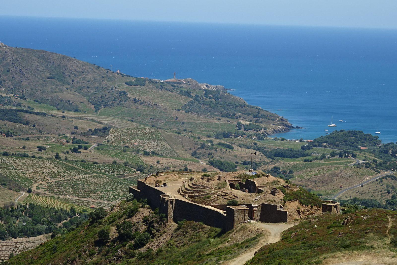 Avant de faire le tour de la Madeloc nous voyons ces ruines, pour y arriver nous montons haut au-dessus de la mer,
