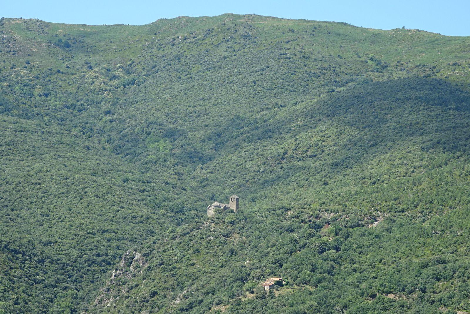 De loin on arrive à peine à le distinguer, perdu dans la montagne.