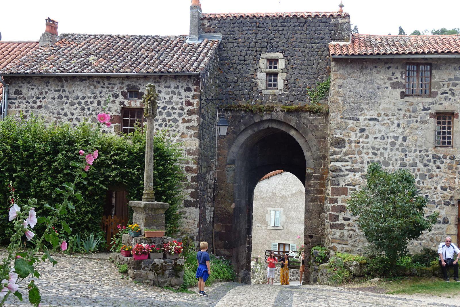 Les portes d'Arlempdes. On fait un tour dans ce beau village jusqu'au château en ruines.
