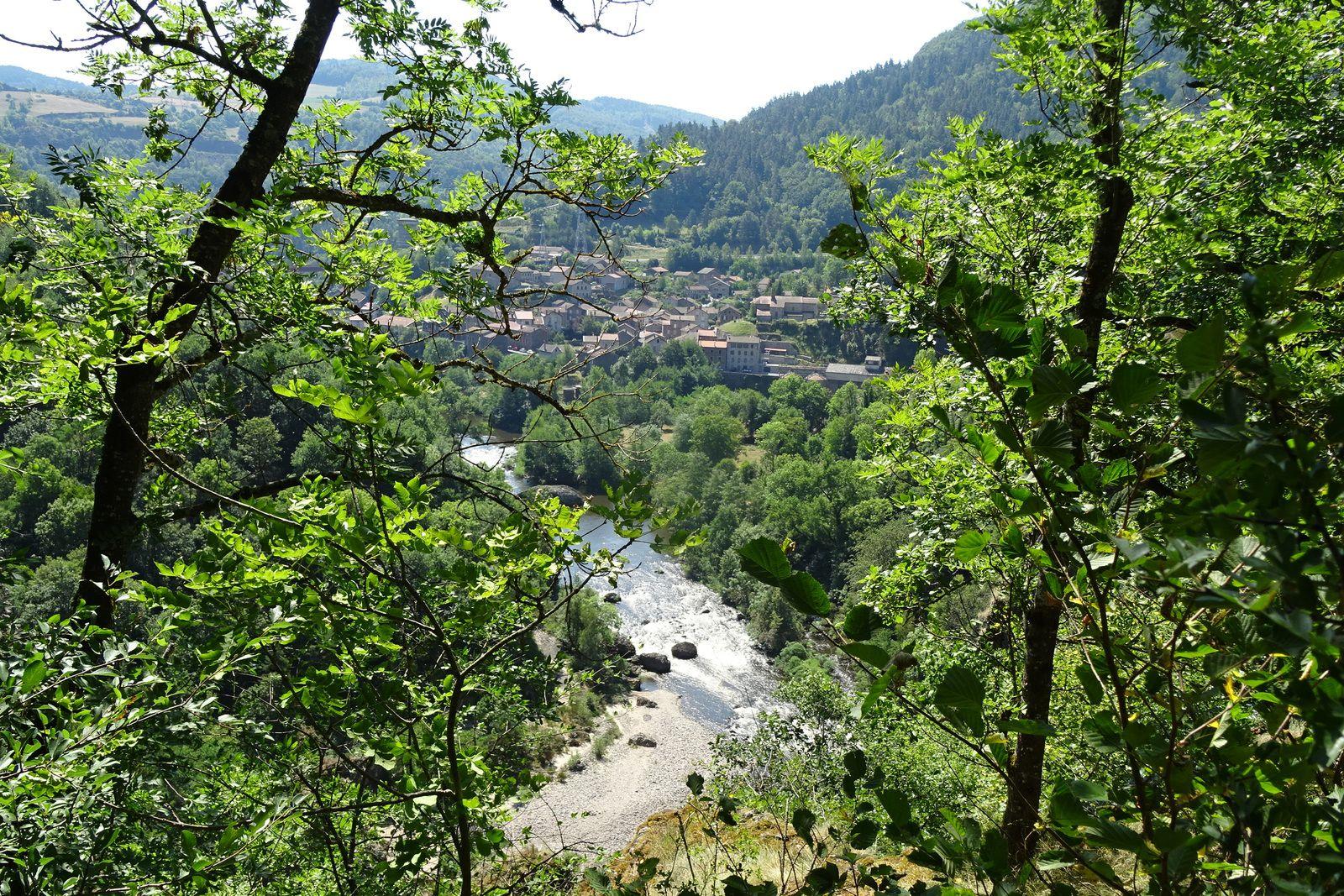 Ici les gorges de l'Allier, avant le village Monistrol d'Allier. Le monotrace qui descend au village est très chouette.