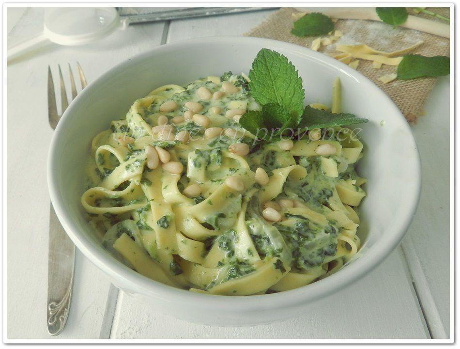 Tagliatelles sauce aux épinards, gorgonzola et pignons