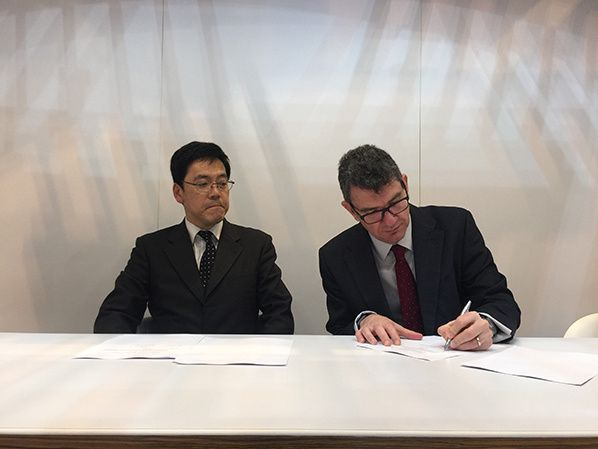 left to right_JANS Director General Kimiharu Banno and NATS Chief Executive Officer Martin Rolfe sign landmark agreement at the World ATM Congress in Madrid