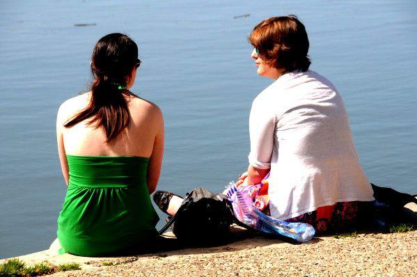 jeunes femmes sur les berges de la garonne à Toulouse