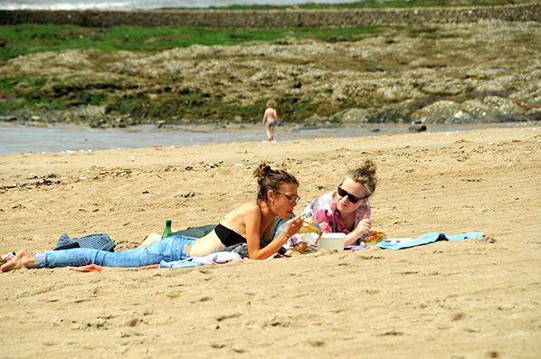 deux belles femmes sur la plage