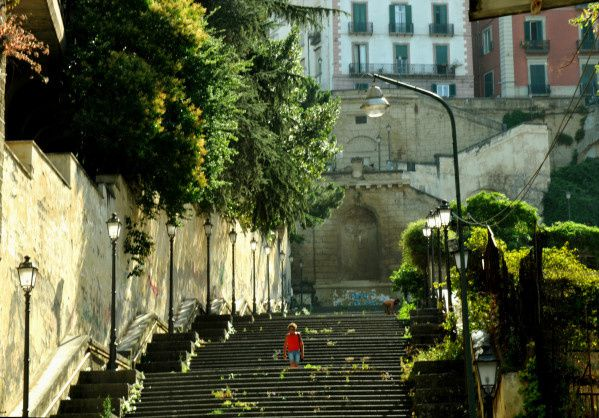 femme blonde qui descend un escalier à naples en italie