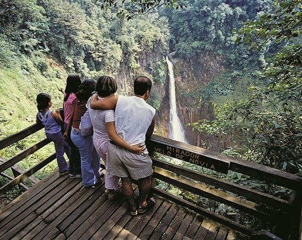 Vue, en famille, d'une impressionnante chute d'eau à Río Cuarto, au Costa Rica.