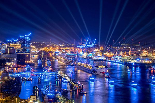 Hamburg again revealed its most beautiful side: at the Grand Hamburg Cruise Days Parade five gigantic cruise liners - AIDAprima, Norwegian Jade, EUROPA 2, EUROPA and MSC Preziosa - sailed down the Elbe against the backdrop of the illuminated Blue ...