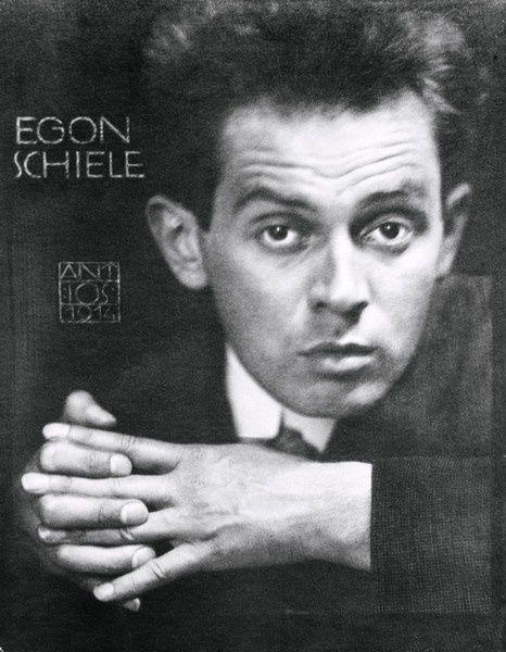 Anton Josef Trčka : Egon Schiele les mains entrelacées, 1914, photographie ; Musée Leopold © Imagno/ Austrian Archives