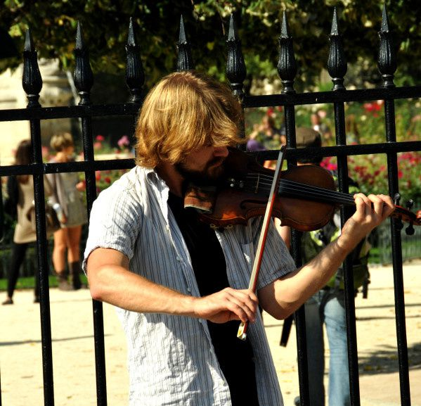 homme blond violon