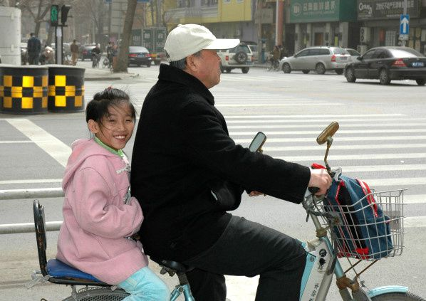 jeune fille chinoise sourire velo