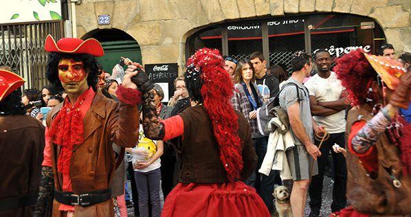photo carnaval nantes rue rouge masque