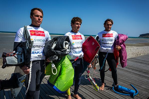 les meilleurs kitesurfers français Julian Krikken, Paul Serin et Valentin Garat à l'entrainement