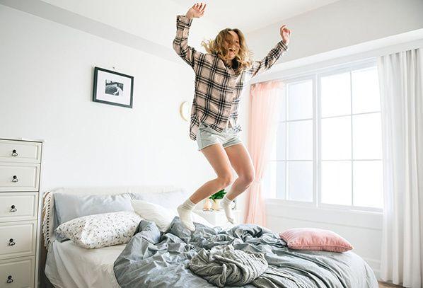 dormir matelas jeune femme blonde saut