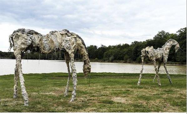 trois émeus sculptures hybrides de Lionel Sabatté