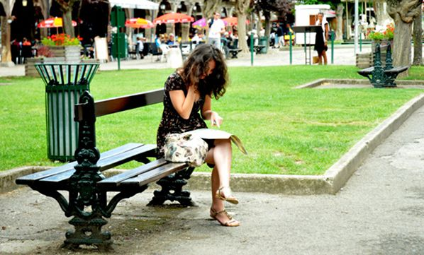 bernieshoot femme brune banc seule