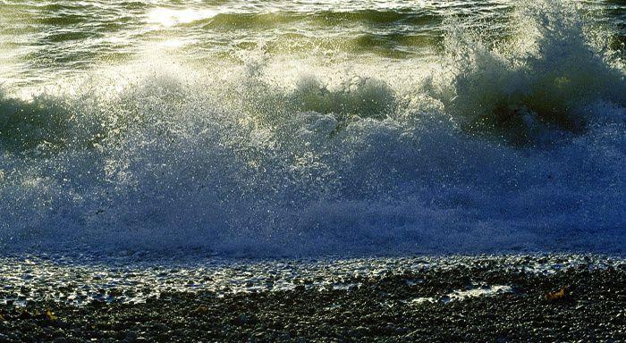 ... Rien de plus qu'un ressac en l'océan du dire / Écume dispersée sur l'écueil dévasté ...