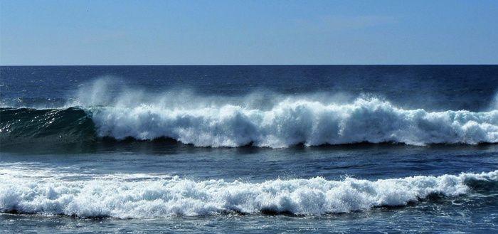 ... La vague, en chaque instant, revient sur le brisant, / Face à cet infini nous restons des enfants ...