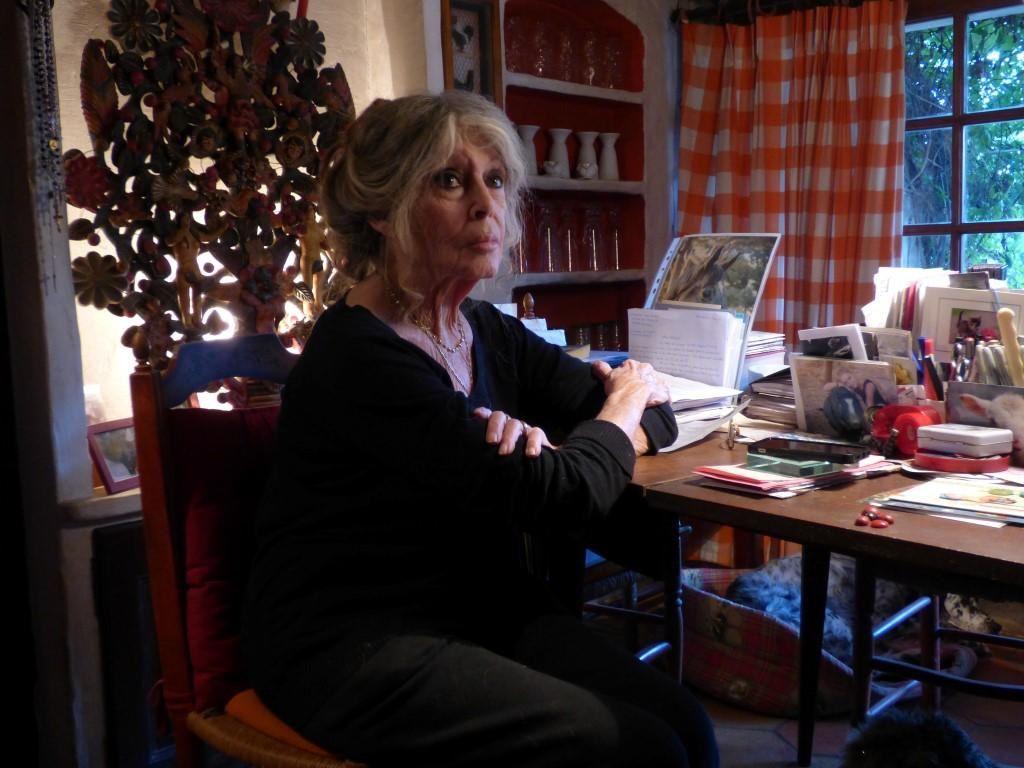 """Devant la table de Brigitte un de ses chiens """"Roudoudou""""...BR"""