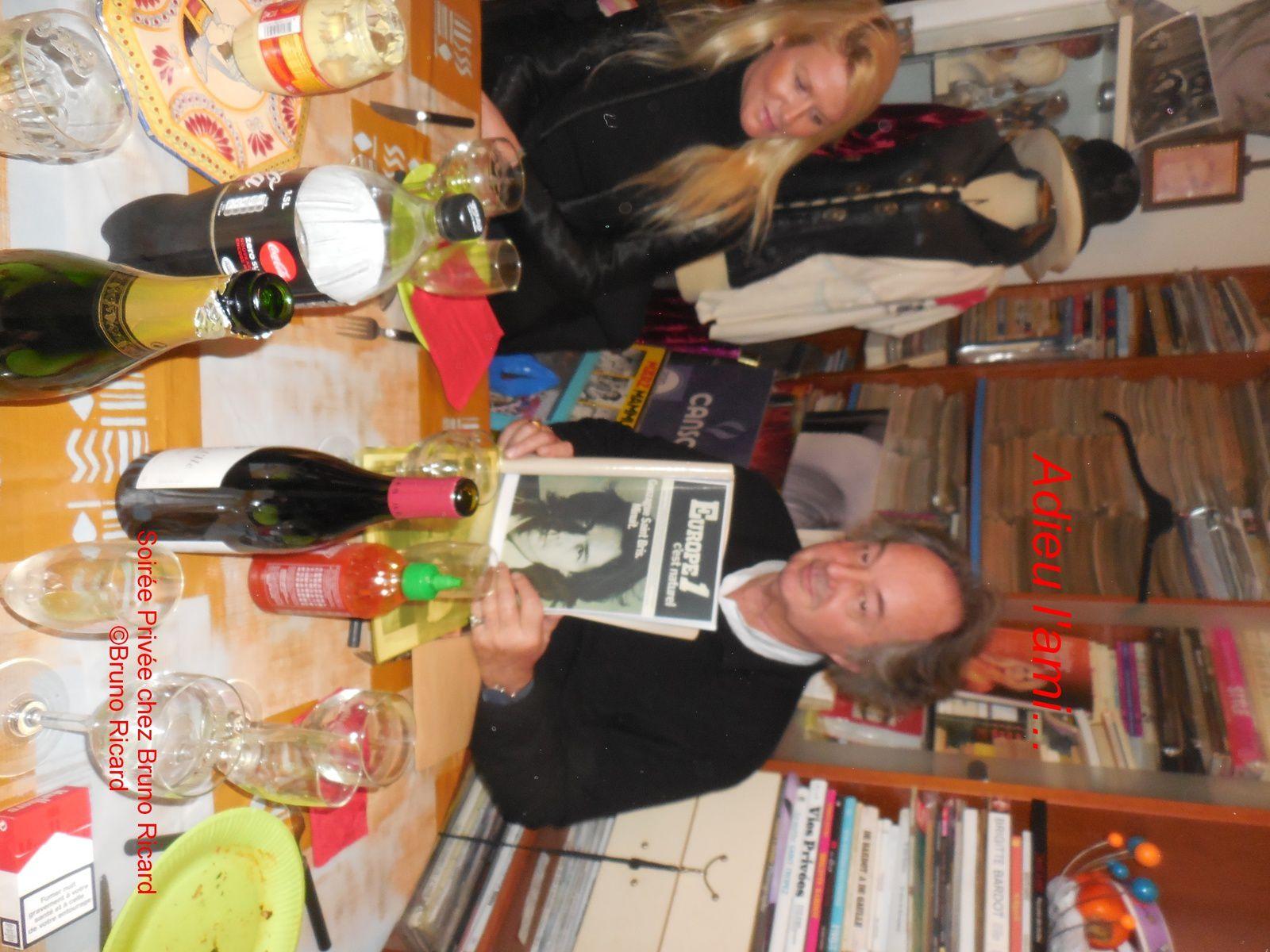 Gonzague à la maison avec sa compagne lors d'un diner entre amis...