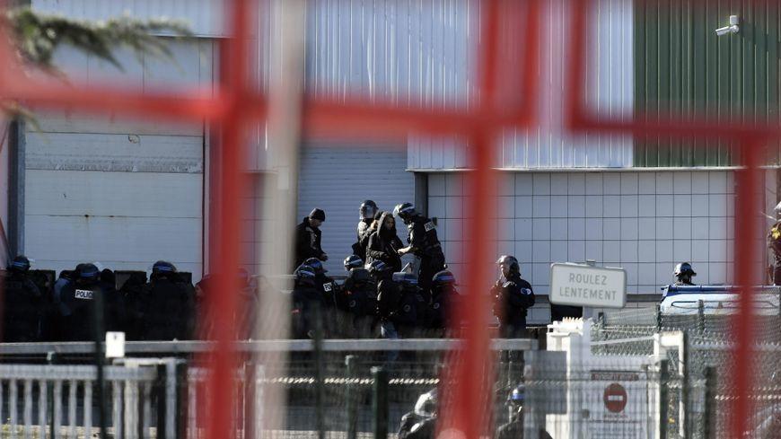a fallu l'intervention de la police pour déloger certains militants ce lundi après-midi.