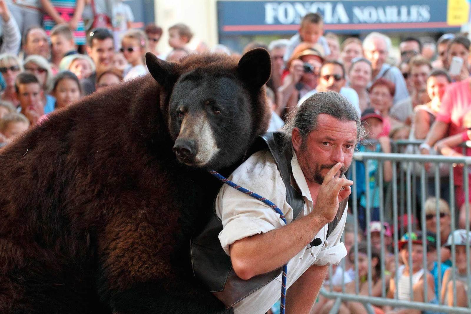 Frédéric Chesneau vient ce dimanche à Montfort avec son ours Valentin...