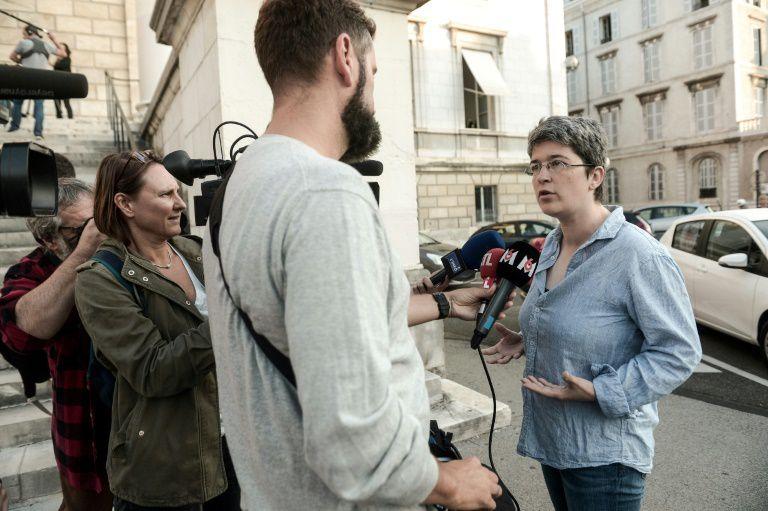 Brigitte Gothière, porte parole de L214, s'exprime devant le tribunal à Pau, le 17 septembre 2018