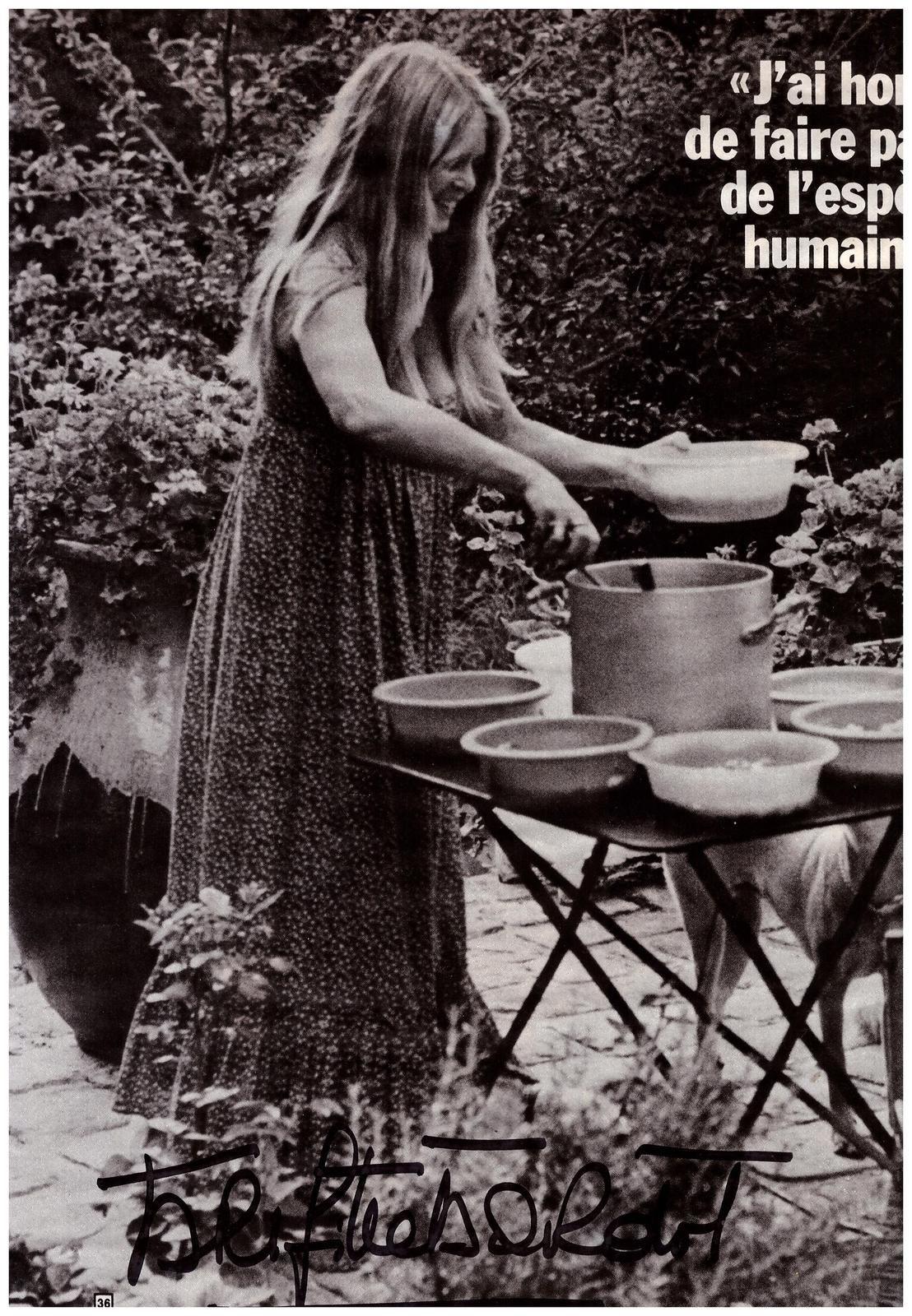 Dédicace Brigitte Bardot sur coupure de presse 21cm x 30cm