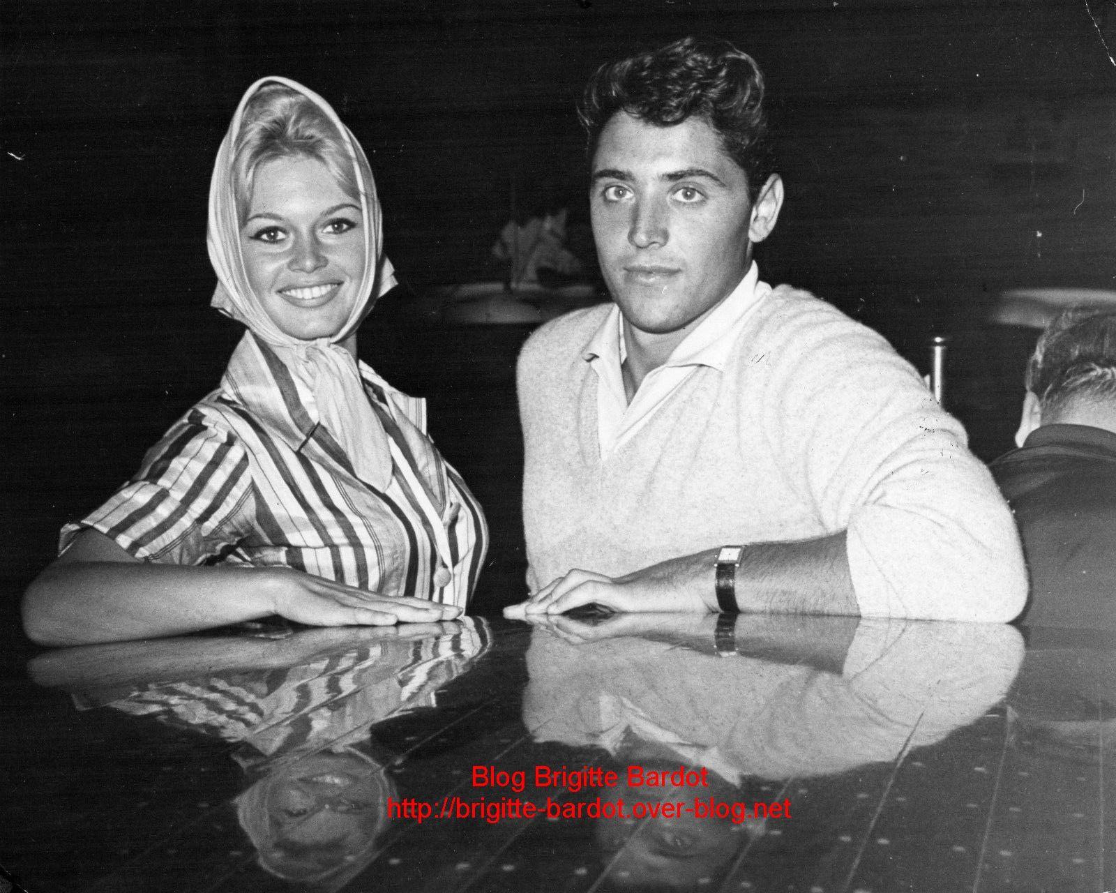 Photo n et b Brigitte Bardot et Sacha Distel en 1958