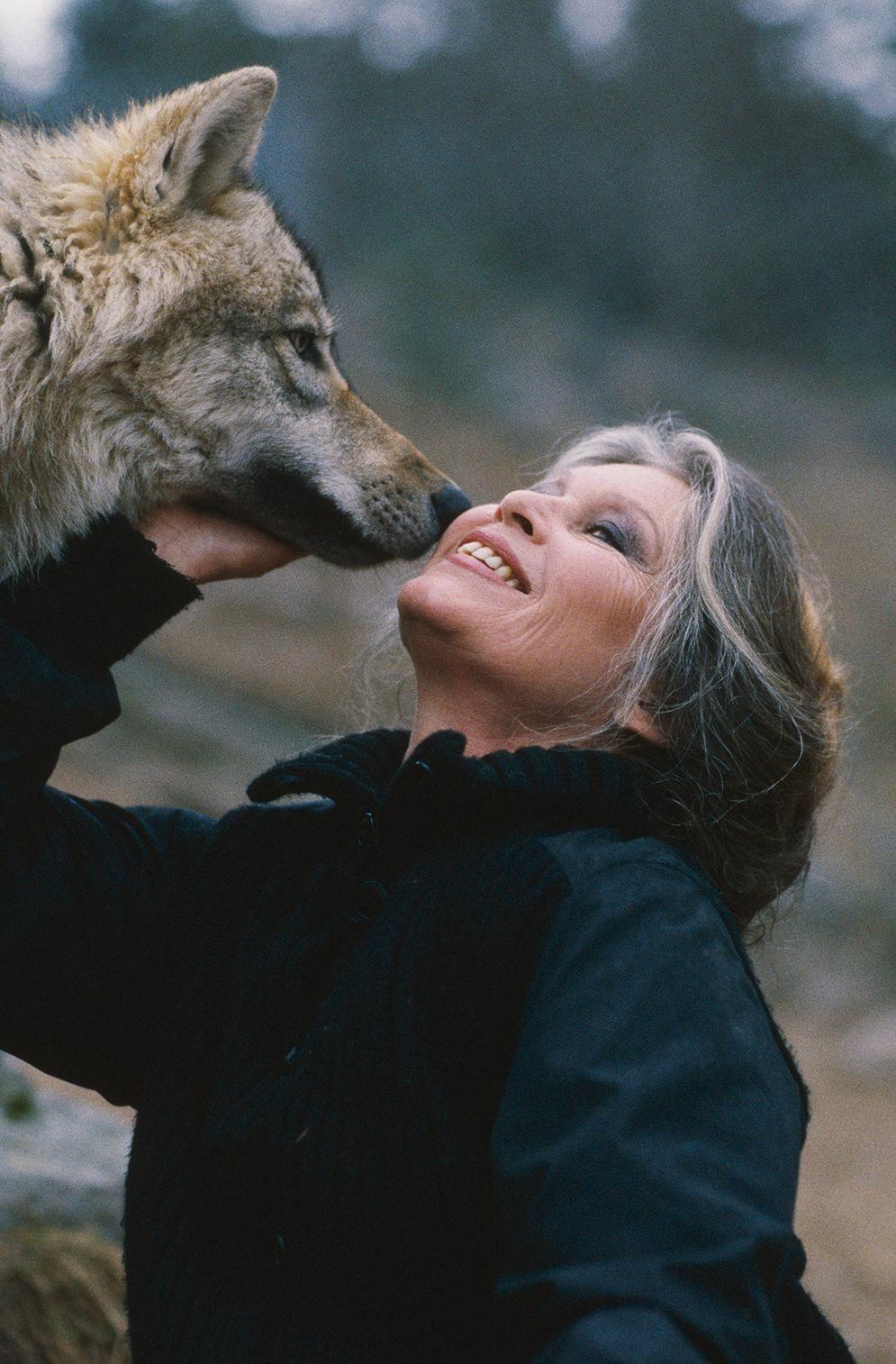 Brigitte Bardot crie au loup