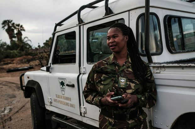 Leitah, 28 ans, une des Black Mambas, va entamer sa patrouille.