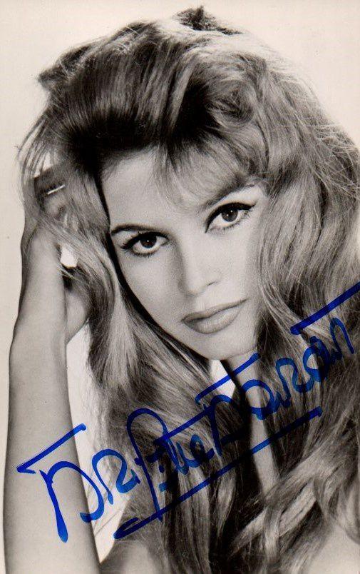 10 Cp couleur et deux CP n et B dédicacées par Brigitte Bardot