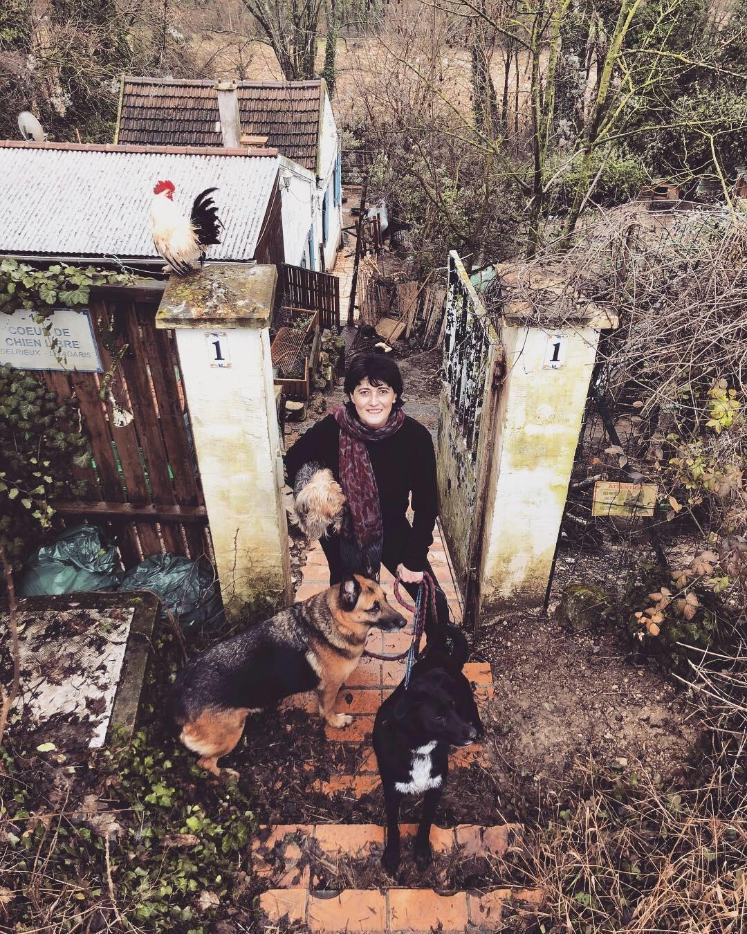 Marlène vit avec ses animaux dans une maisonnette à Luzarches (Val-d'Oise).