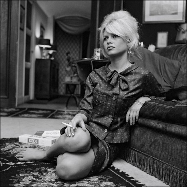À Paris, Brigitte Bardot prend la pose dans le salon de son appartement, 1962.