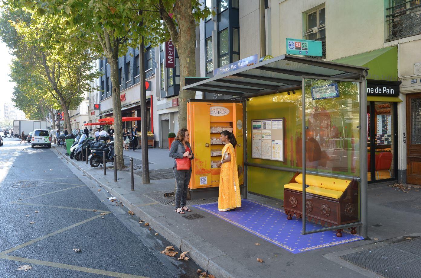 A l'occasion de la sortie du film Les recettes du bonheur, un abribus parisien redécoré.