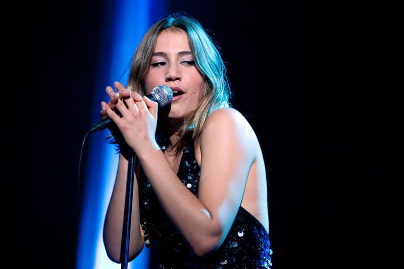 Izia interprète La Vague et Hey au Grand journal (Vidéo).
