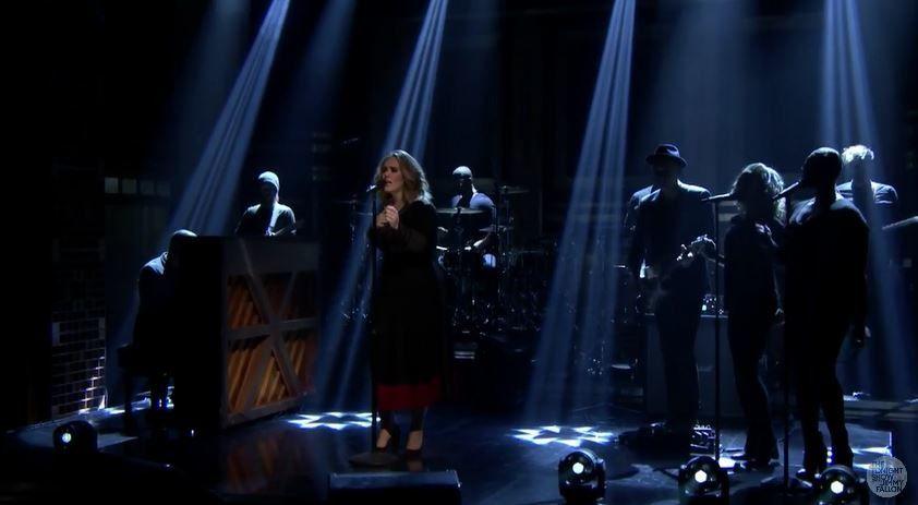 Adele chante Water Under the Bridge dans le talk de Jimmy Fallon (vidéo).