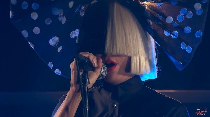 """Sia interprète """"Bird Set Free"""" dans le Jimmy Kimmel Live."""