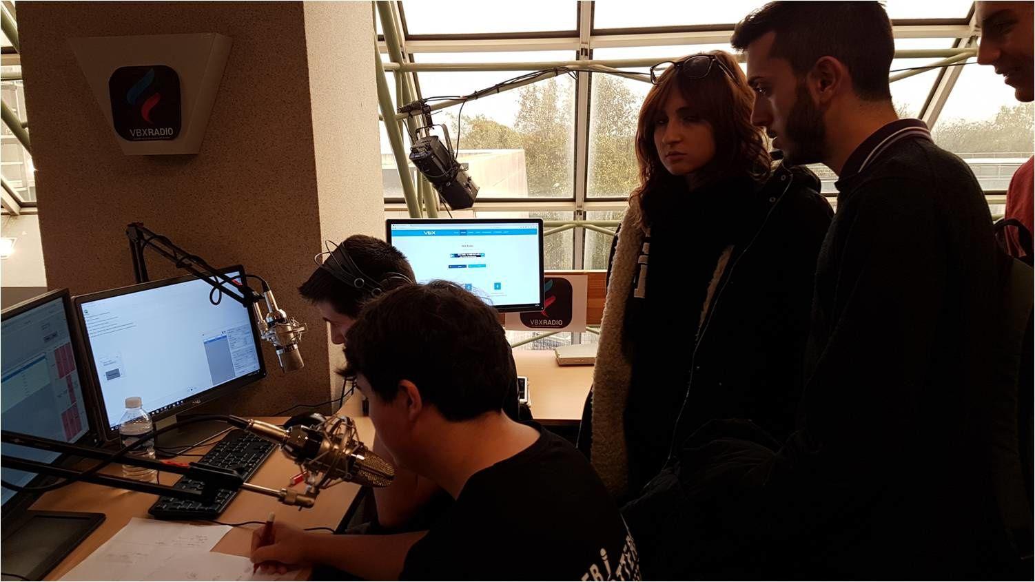 Au Festival du Film court : les italiens d'i-voix et les webtrottoriou du lycée Vauban s'interviewent réciproquement pour leurs webradios respectives
