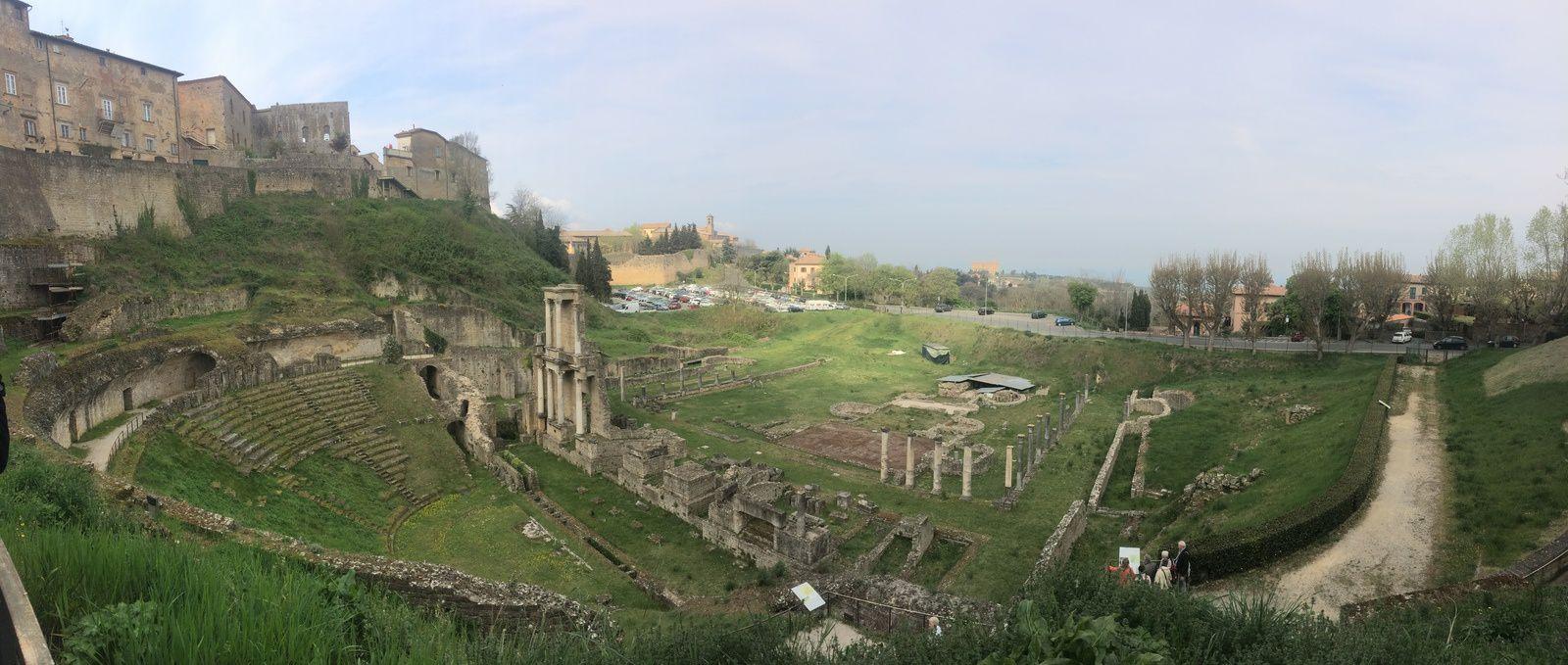 Vue panoramique du théâtre romain de Volterra.