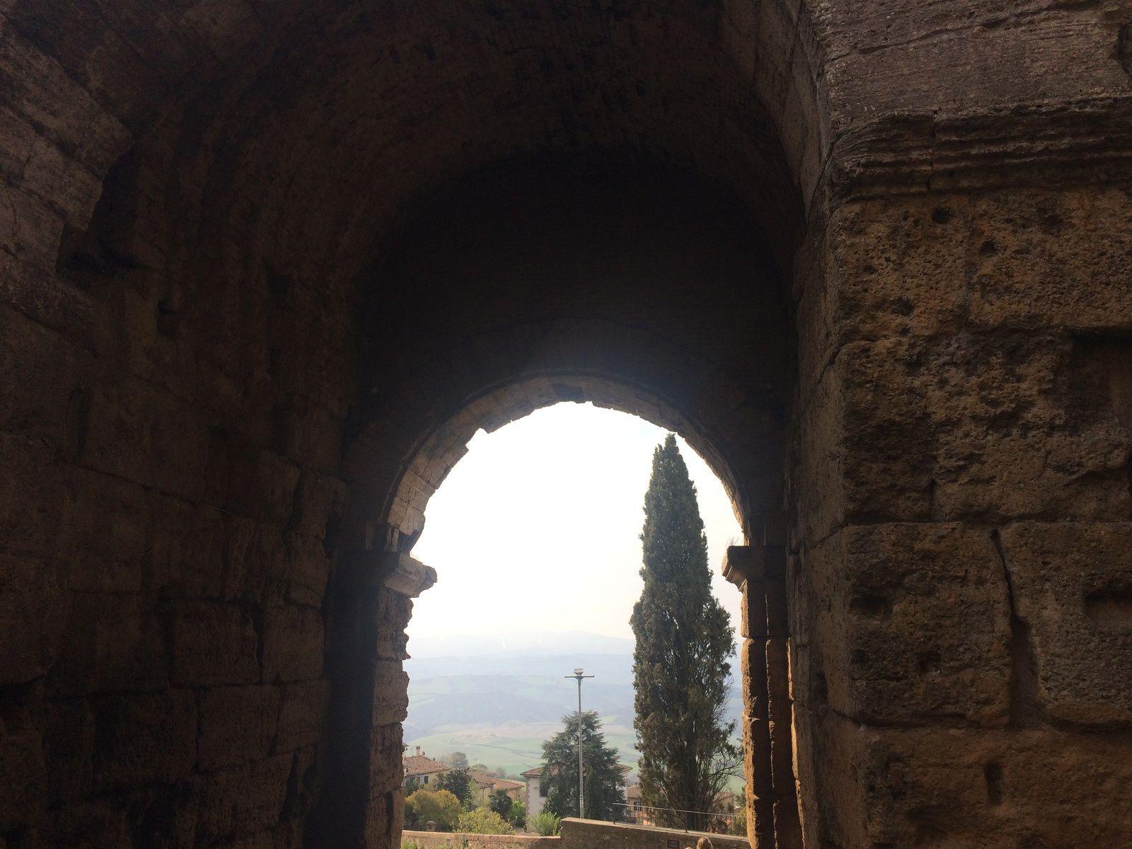Photo prise sous le porche de l'entrée principale de la ville.