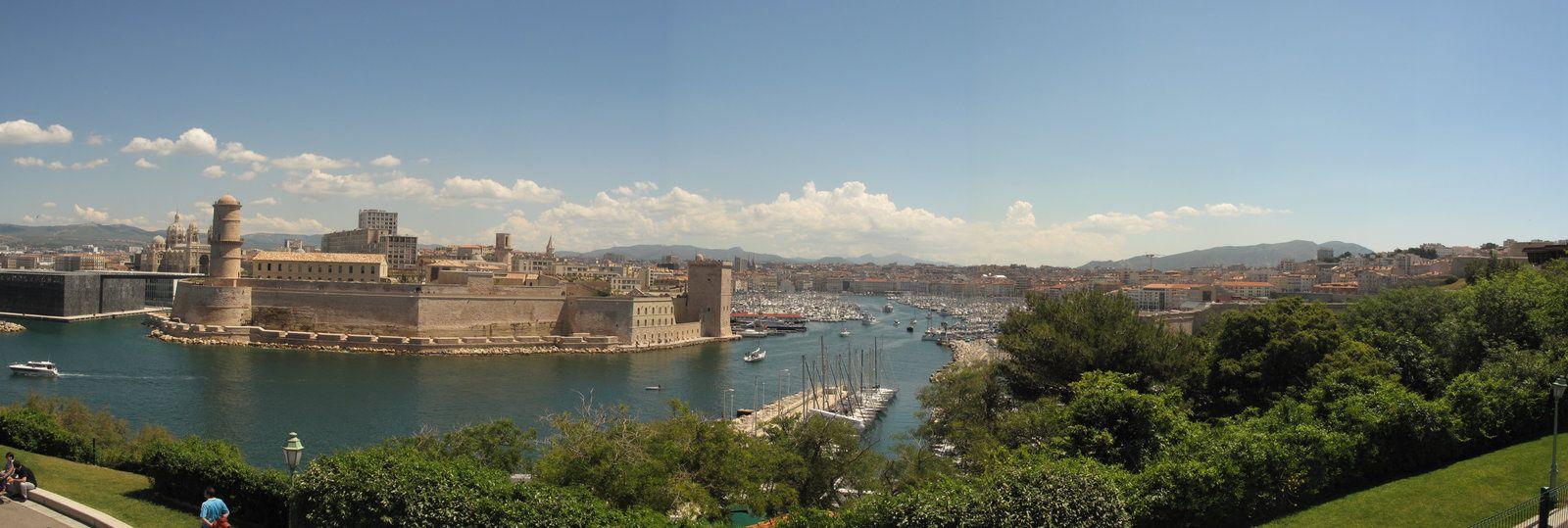 Marseille et le Vieux port vu depuis le jardin du Pharo