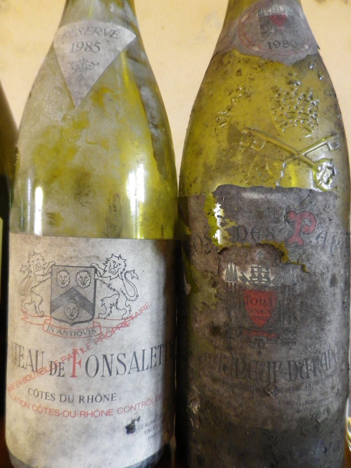 gros plan sur les deux plus anciennes bouteilles
