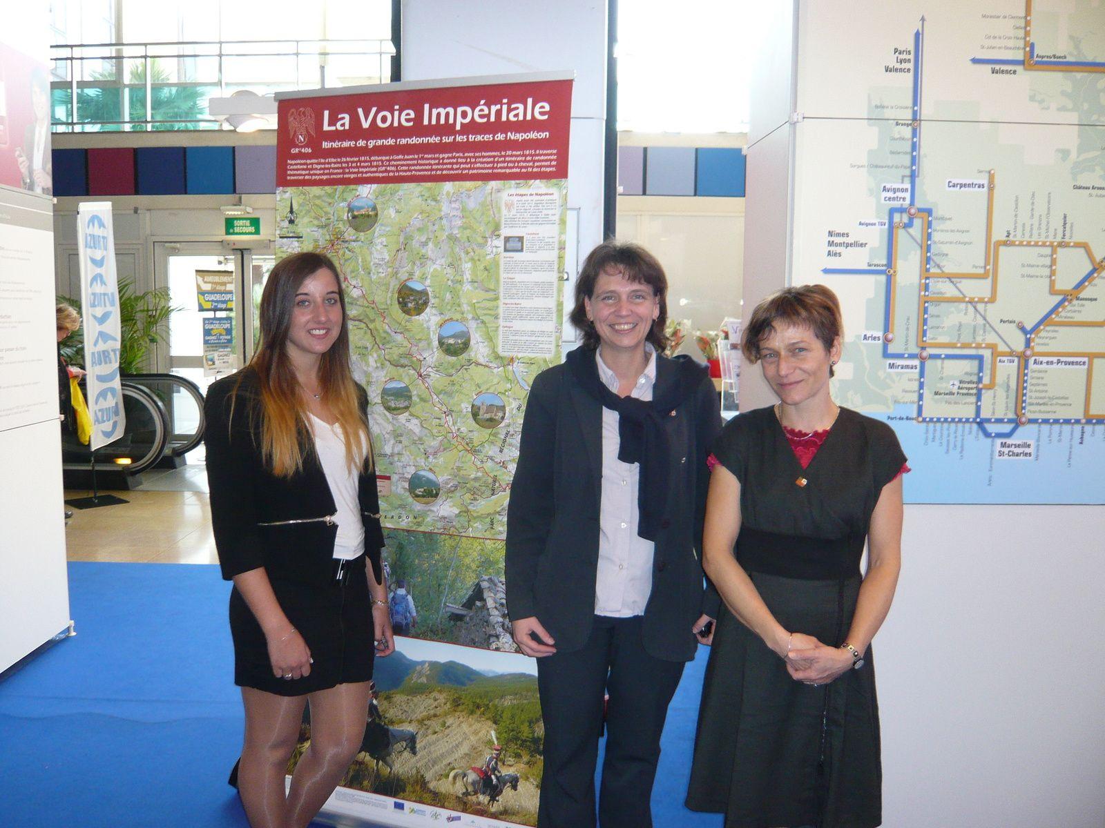 Laura Fournier, stagiaire à l'O.T, et Kristell, hôtesse d'accueil, accompagnées de Geneviève Aujoulat, chef de gare à la CFP